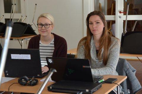 Madeleine Lomeland (t.v.) og Kine Hellesen er blant dei mange unge i kommunen som slit med å få seg jobb.
