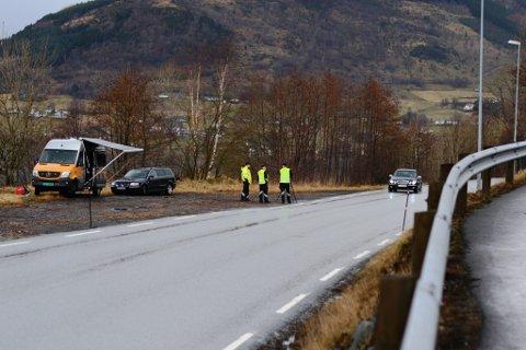 Statens vegvesen hadde kontroll fleire stader i Kvinnherad tysdag. Her frå Seimsfoss.