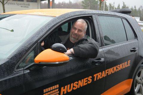 Trafikklærar Hogne Gjuvsland i Husnes trafikkskule er av dei som er med på trafikkdagen. Han skal mellom anna fortelja om nye forskrifter, og korleis ein kan bli tryggare i trafikken.