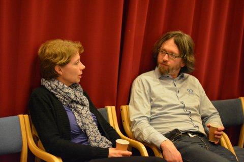 Olaug Heggenes, leiar i Utdanningsforbundet Kvinnherad, følgde nøye med på budsjettdebatten torsdag. Her i samtale med Gaute Lund (SF).