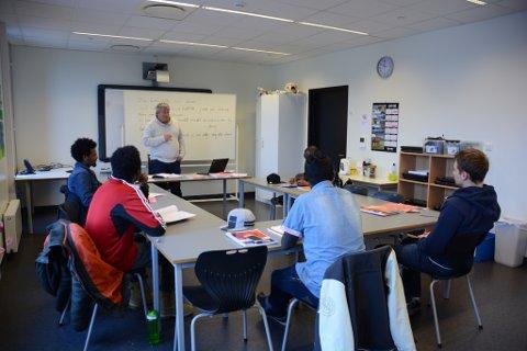 Vaksenopplæringa har lenge vore spreidd for alle vindar. Her ser du lærar Thor Inge Døssland undervisa i klasserom i kulturskulesenteret. (Arkivfoto).