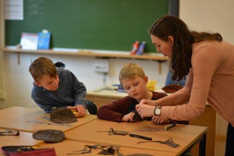 Ian og Marcus får hjelp av lærar Benedichte Indergård når dei skal laga vikingpynt.