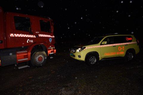 Kvinnerad brannvesen er med på redningsaksjonen. Desse bilane er fotografert på velteplassen ovanfor Søsterheimen fredag kveld.