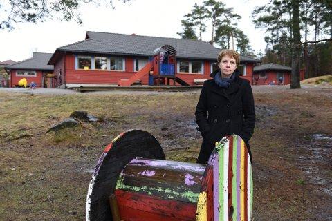 Olaug Heggenes, leiar i Utdanningsforbundet, er svært uroa over stoda for barnehagane. Ho er ikkje imponert over satsinga på skulane heller. Her ved Undarheim barnehage. (Foto: Jonn Karl Sætre).