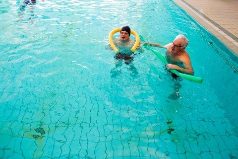 Oddvin og Leif Inge Heimvik er to trufaste brukarar av varmebassenget på Husnes. Dei to og mange andre kan gle seg over at bassenget truleg vil vera ope som før. (Foto: Jorun Larsen).