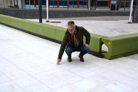 Geir Jakobsen blei skuffa då han fekk vita at stoffet banen skal setjast inn med for å skapa gli, ikkje er å oppdriva.