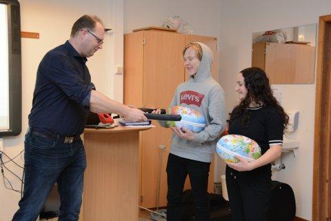 Redaktør Tomas Bruvik takka Miriam Hasan og Sander Dolonen Bræk-ken for at dei stilte opp på reportasjen «Logga av i éi veke» som Kvinnheringen seinare vann pris for.