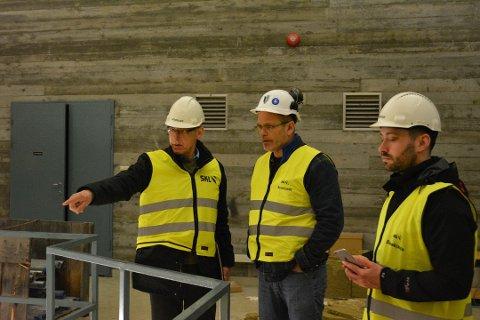 I april i fjor var ordførar Peder Sjo Slettebø og rådmann Odd Ivar Øvregård saman med Arne Helleand på synfaring i Blåfalli 1, for å sondera om det er mogleg å etablera eit datasenter der. (Arkivfoto).