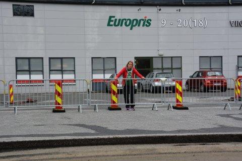 Lena Medhaug er lite glad for dårleg løysing og manglande varsel om stenging av vegen inn til Europris.