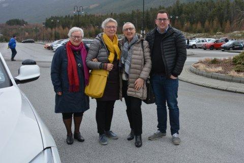 Desse tre damene fekk seg ein biltur med Oddmund Skår (t.h.) frå Invia. Frå v.: Helga Marit Korsvold, Mette Guddal og Kari Sandvik Røssland.