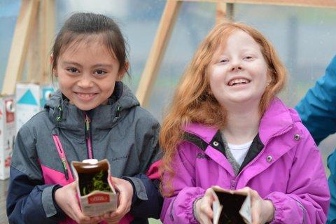 2. klassingane Kaylah (t.v.) og Astrid er stolte over å ha fått eit eige drivhus på skulen, og gler seg til å sjå ulike vekstar spira og gro der.