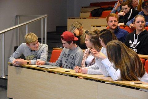 Brede Grønningen jr. (t.v.) diskuterer løysingar for å forhindra mobbing med gruppa si.