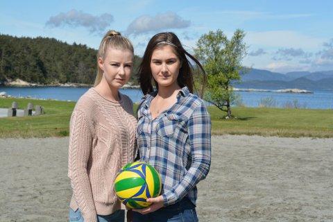 Ester Djuvstad (t.v.) og Zumilana Eldi seier dei har mange ungdomar med seg i ønsket om å få opp att volleyballnettet på sandvolleyballbanen i båthamna på Husnes.