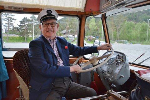 I 44 år køyrde han buss i Kvinnherad, Just Sandvoll. Laurdag overraska etterkomarane han med ein tur i HSD-veteranbussen, og då måtte han sjølvsagt posera litt bak rattet òg for ivrige fotografar.