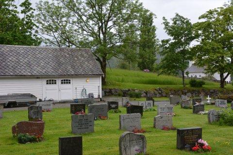 På den ledige bakken midt i bildet skal dei første 34 gravplassane vera klare til hausten.