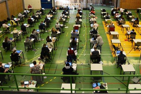 Bildet er frå då vg3-elevar på KVV hadde eksamen i norsk i Husneshallen i fjor. (Arkivfoto).