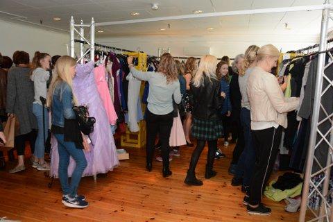 «Kjolar for huset» blei stor suksess, og mange var innom for å sikra seg eit kjole-kupp og samtidig støtta Halsnøy samfunnshus. (Arkivfoto).