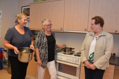 27. august blir første gongen desse tre lagar gratis middag til einslege eldre i lokala til frivilligsentralen på Husnes. På menyen den dagen står kjøttkaker. F.v. Torunn Gjerde, Elsa Helland og Anne Karin Fjellandsbø.