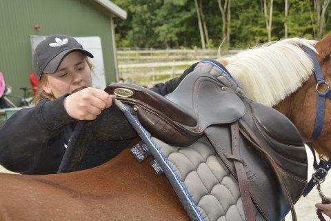 DETALJAR: Det er mange detaljar som må passast på under saling av hesten.