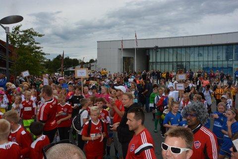 No er det igjen klart for Husnes Cup. Her frå opptoget i Husnes sentrum i fjor. (Arkivfoto).