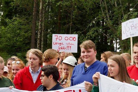 Nikolai Rørdal (21) frå Husnes er ein av 800 ungdommar som er samla på AUF sin sommarleir på Utøya. Her frå ein av aksjonane dei hadde på leiren, der dei leverte ti krav til nestleiar for Arbeidarpartiet, Hadia Tajik.