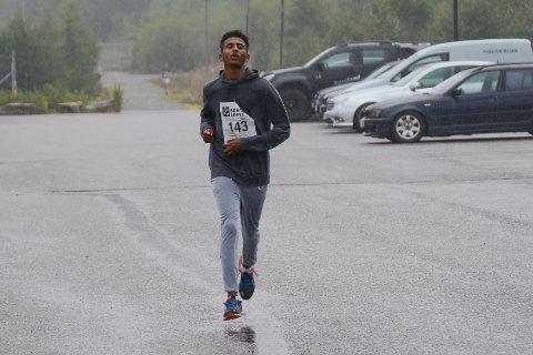 Saimon Tewelde sprang først i mål på tida 22:11.