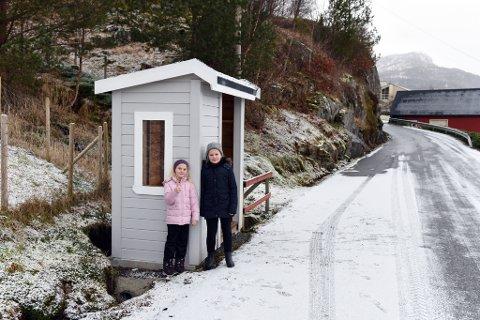 EIGE BUSS-SKUR: Søstrene Margrethe og Olina Hjønnevåg Heimvik har eige buss-skur å venta i. Pappa Egil Heimvik sette opp buss-skuret i fjor vår.