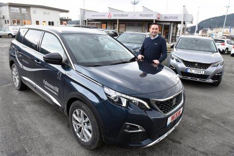 POPULÆR MODELL: Peugeot 5009 har segla opp som ein populær modell i SUV-segmentet, fortel bilseljar Håvard Solheim hos Fylkesnes Bil på Husnes.