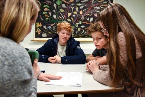 KLASSEQUIZEN: F.v. NRK-journalist Tale Hauso, Sander Elias Fjell Helleland, David Hellesøy og Emily Hardeland Hjelmeland då det var innspeling for radio. Vi såg dei på tv i kveld.