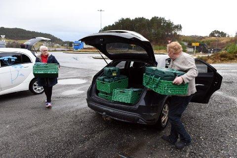 MIDDAGSAVTALE: Det er torsdag og klokka er 12:10. Oddny Tofte kjem til Podlen med middagane frå Dill-kjøkenet – Ingar Hauge fyller opp bilen med kortreist mat.