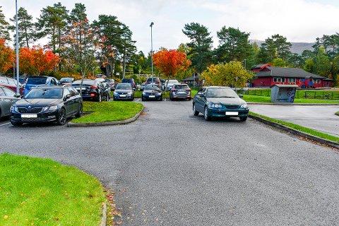 MIDT I VEGEN: Då det ikkje var fleire ledige parkeringsplassar ved helsesenteret, bestemte denne sjåføren seg for å parkera midt i vegen.