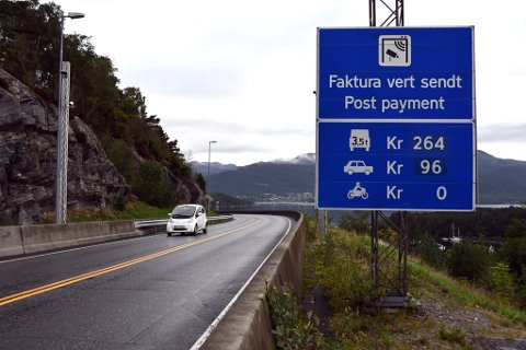 Neste år kan elbilistar måtta punga ut med halv bompengeavgift i Halsnøytunnelen. (Arkivfoto).