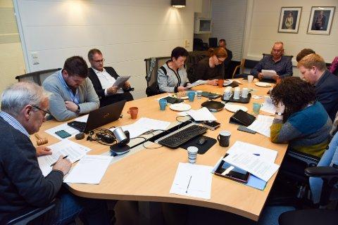 Her har formannskapet akkurat fått setjerådmannen si saksførebuing i nevande. F.v. og rundt med klokka: Gunnar Våge (Sp), Hans Inge Myrvold (Sp), Øyvind Lernes (H), Sølvi Ulvenes (H), Gerd Laura Bondhus (Sp), Ove Lemicka (Frp), Marit Årthun (KrF), Joachim Barstad Espevik (Ap) og Hilde Enstad (Ap).