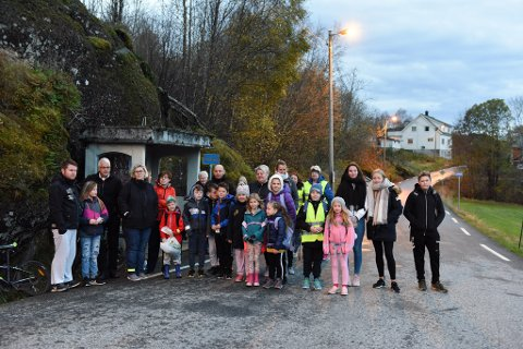 ENGASJERTE: I tillegg til 15–16 skuleungar, møtte også ein del foreldre og eit par eldre bebuarar opp for å visa at dei ønskjer å behalda busstoppet i krysset mellom Høylandsbygdvegen og Postbrekko, nær Hauge barnehage.