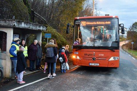 Kommunen vil sjå på løysingar som kan gjera det trygt for bussane å snu i nærleiken av dette busstoppet.