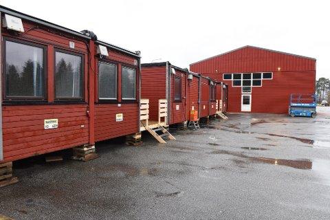 BRAKKELIV: På grunn av fuktskadane ved hovudbrannstasjonen på Husnes, vil brakker med garderobar, kontor og anna vera løysinga i ein periode. (Arkivfoto).
