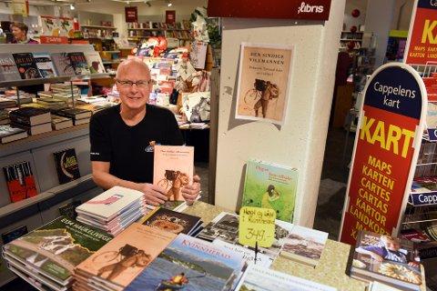 BESTSELJAR: Bokhandlar Arne Alsaker gler seg over at ei lokal bok toppar boksalet også denne jula.
