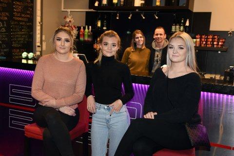 OVERTAR DRIFTA: Frå venstre Kaja Iren Heggøy, Emma Lie Jacobsen og Mathilde Mikkelsen. I bakgrunnen Karoline Helleland og Ronny Hamre.