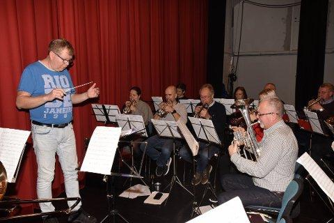 Rosendal Musikklag gjorde det svært bra i NM for brassband i helga. Her frå ei øving før NM, og til venstre ser du dirigent Yngve Nikolaisen. (Foto: Marianne Lamberg).