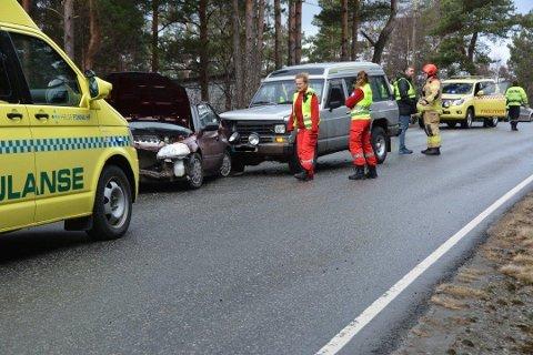 MISTA KONTROLLEN: Føraren av den eine bilen mista kontrollen, snurra rundt, traff autovernet med baken, før han så krasja han inn i ein møtande bil.