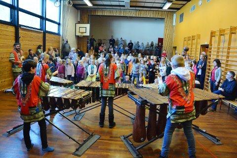 Marimba-elevane avslutta konserten, og då letta heile publikummet på seg og dansa med.