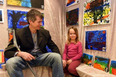 Anna Hermann-Fossli har fått besøk av pappa Christoffer Fossli, og då må Anna sitt van Gogh-inspirerte bilde (like til høgre for Anna) visast fram.