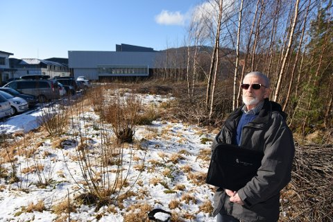 Otto Blokhus vil ha eit seniorsenter så sentralt som mogeleg, helst på denne tomta i hjørnet mot Husnes Storsenter og Teigen-bygget.