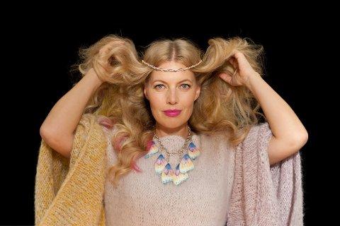Smykkekunstnar Camilla Prytz stiller ut smykke i sølv og emalje. (Pressefoto).