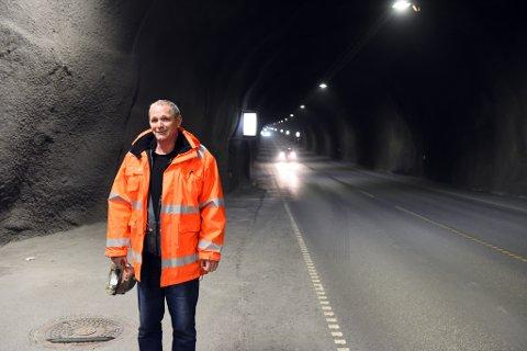 TUNNELFAN: Halsnøybu Reidar Sæbø har arbeidsstad på Opsanger. Han meiner Halsnøytunnelen er ein einaste stor suksess. Her er han fotografert nede i Halsnøytunnelen.