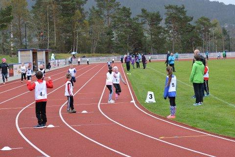 Husnes Stadion får pengar til friidrettsutstyr. Her frå Triostafetten 1. mai. (Arkivfoto).