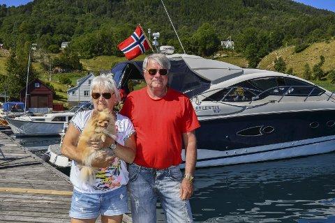 NYT VÊRET: Eli og Per Svindland, i saman med hunden Farah diba, nyt båtlivet og sommaren på Borgundøy.
