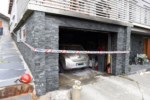 I denne garasjen i Eidsnesvegen tok det fyr natt til tysdag. I garasjen stod ein el-bil og ei gassflaske, mellom anna.