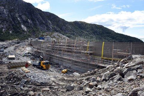 Innsida av Valedalsdammen er for tida ein einaste stor byggjeplass.