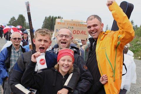 Andreas Hansen jubla saman med søstera Helene, pappa Terje og onkel Terje Hus. Og der var medaljen på plass.